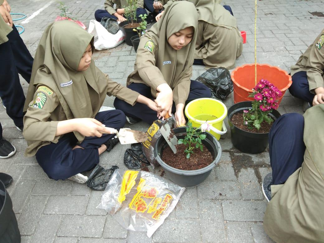 Masa Pengenalan Lingkungan Sekolah Siswa Diajak Bertanam Di Pot Timlo Net