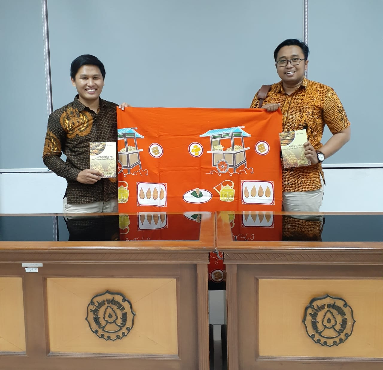 Dosen UNS Luncurkan Batik dan Buku Tentang Angkringan – Timlo.net