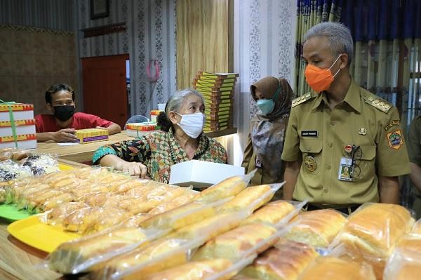 Ganjar Borong Roti Marmer di Jonggrangan - Timlo.net